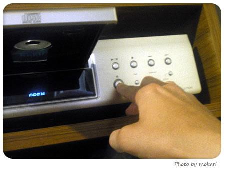 20080525-夫さんにDENONのCDプレーヤーの使い方を伝授される。