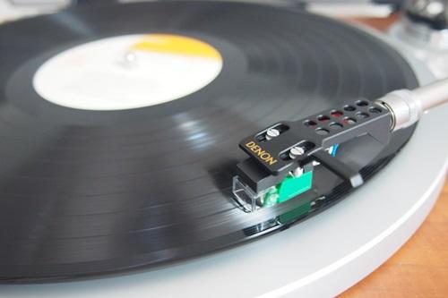 P1274585 レコードの上に針を置く