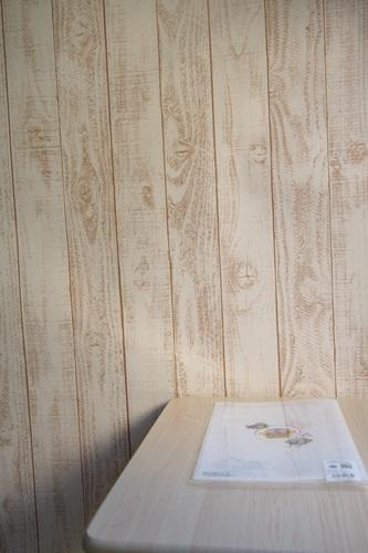 P3275563 白っぽいウッド調の壁紙