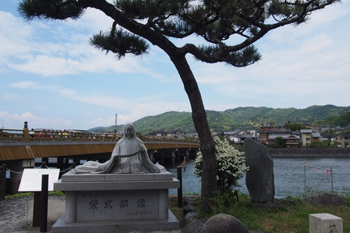 P4296151 宇治橋と紫式部像